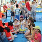 grupa dzieci w galerii