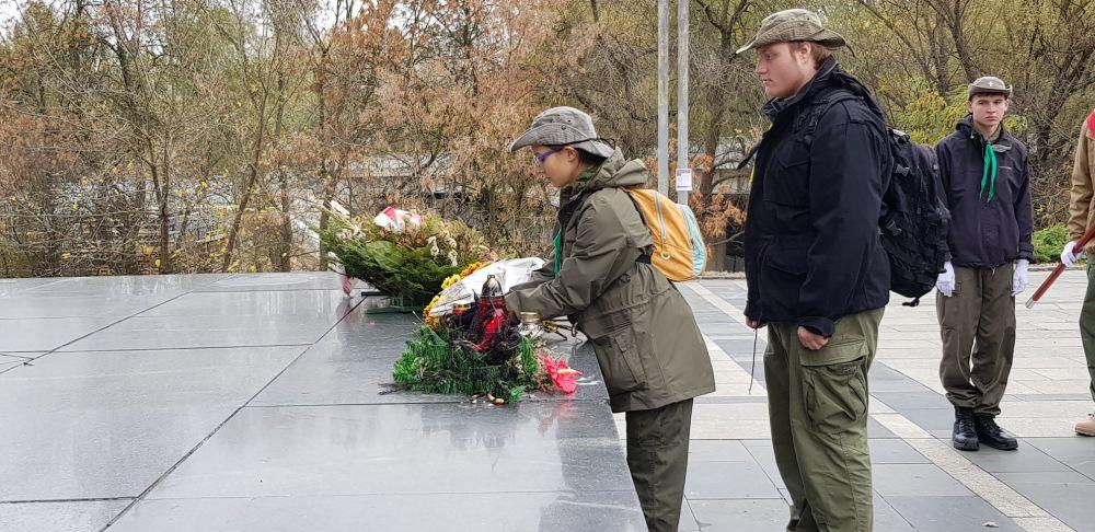 Druhna Ania wraz z druhem Maćkiem składają kwiaty pod Pomnikiem Kościuszkowców