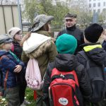 Dzieci razem z druhem stoją w kręgu i słuchają na czym polega zadanie które mają wykonać na punkcje