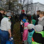 organizatorzy gry przyznają podczas apelu nagrody jednemu z patroli. Dzieci i rodzice ze wspólnego patrolu stoją w dwóch szeregach naprzeciwko druhów i druhen. Jedna z nich trzema torby z upominkami