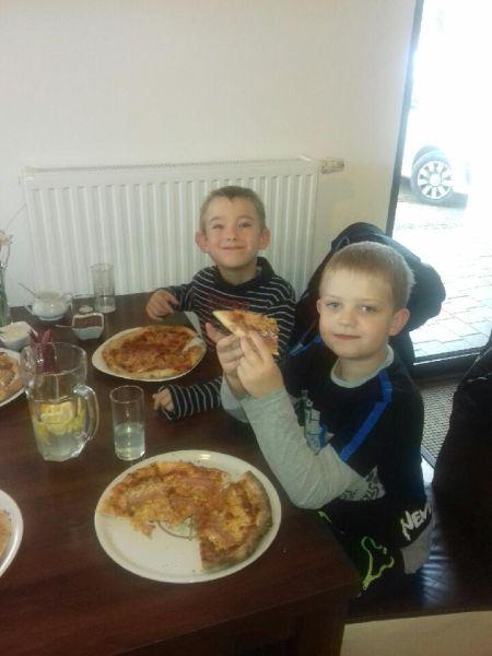 Chłopcy z klasy 1 konsumują pizzę