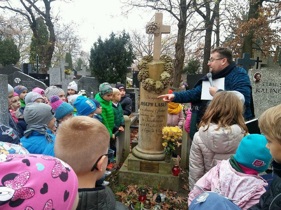 Przewodnik opowiada historię cmentarza białołęckiego