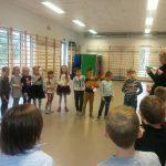 Kierownik świetlicy Daniela Różycka opowiada dzieciom, o tym jak być wzorowym świetliczakiem
