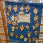 Dzieci przykleiły swoje ozdobione rączki na znak akceptacji kodeksu świetliczaka