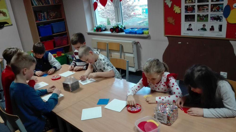 Uczniowie wykonują prace z koralików