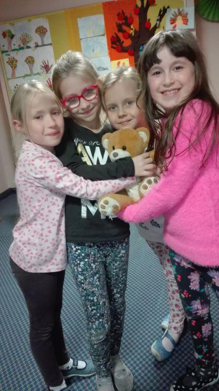 Dzieci przytulają się do Misia