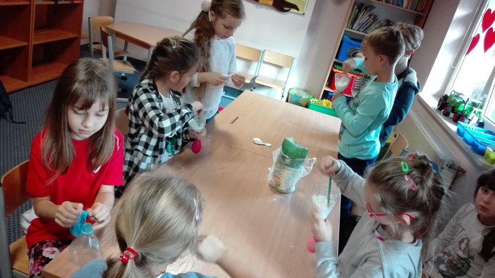 Na początku dzieci dmuchały balony, później lejkiem wsypywały do nich mąkę
