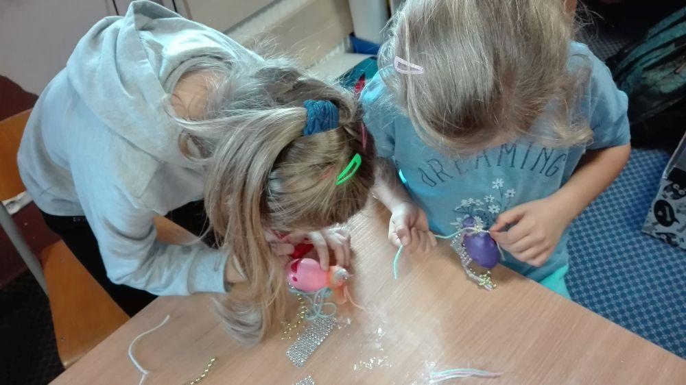 Dzieci zrobiły włosy i narysowały oczy, nos i usta na balonach