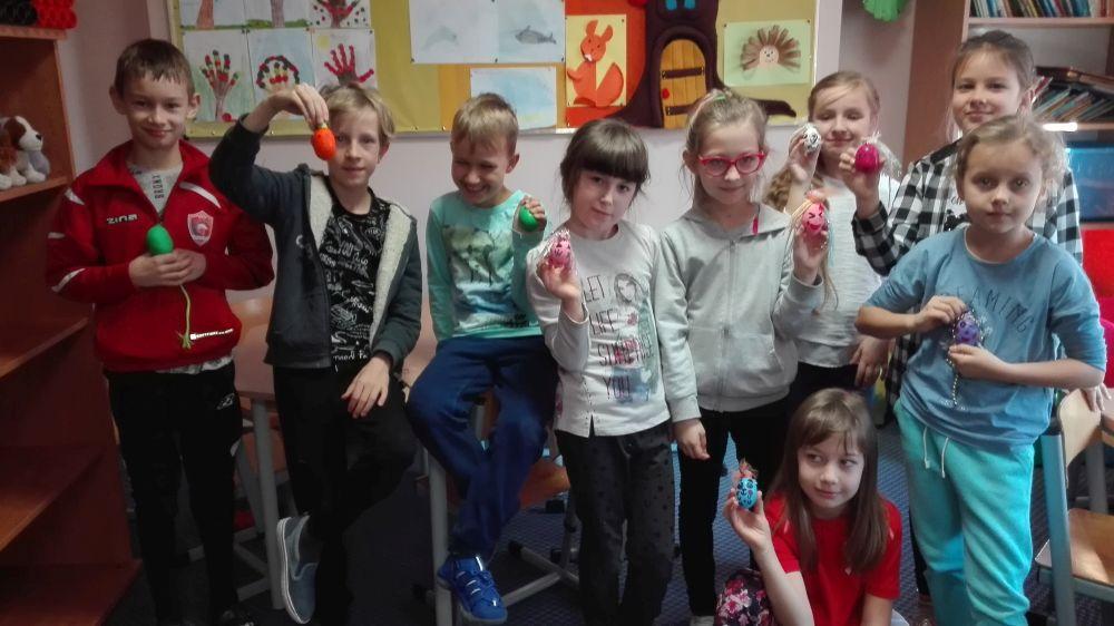 Dzieci pokazują zrobione gniotki