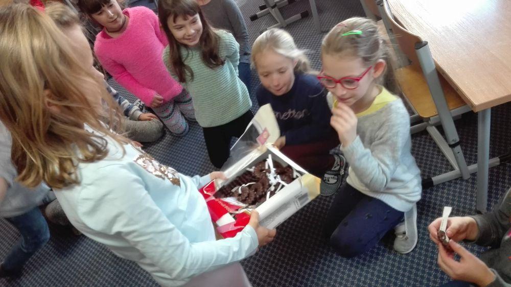 Dzieci wylosowały i zjadły ciasteczka z wróżbą