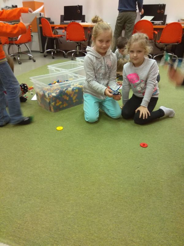 dziewczynki prezentują swoje budowle