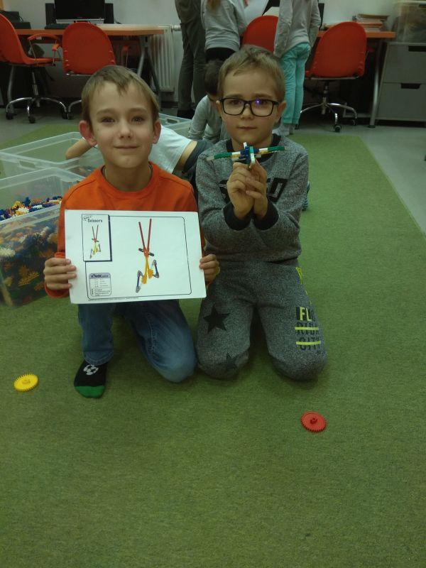 chłopcy prezentacją swoje budowle