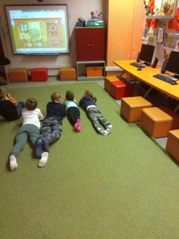 dzieci oglądają wyświetloną bajkę