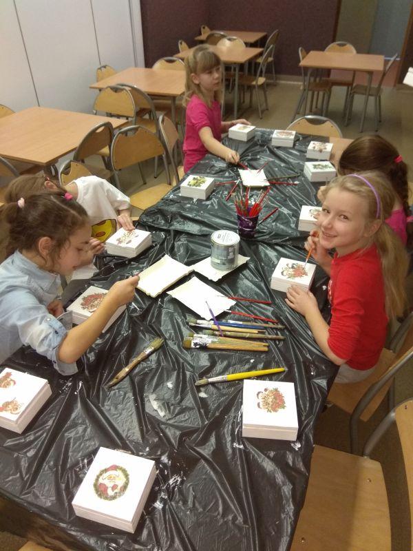 dzieci malują drewniane skrzyneczki