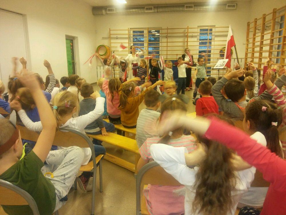 Dzieci aktywnie biorą udział w koncercie.