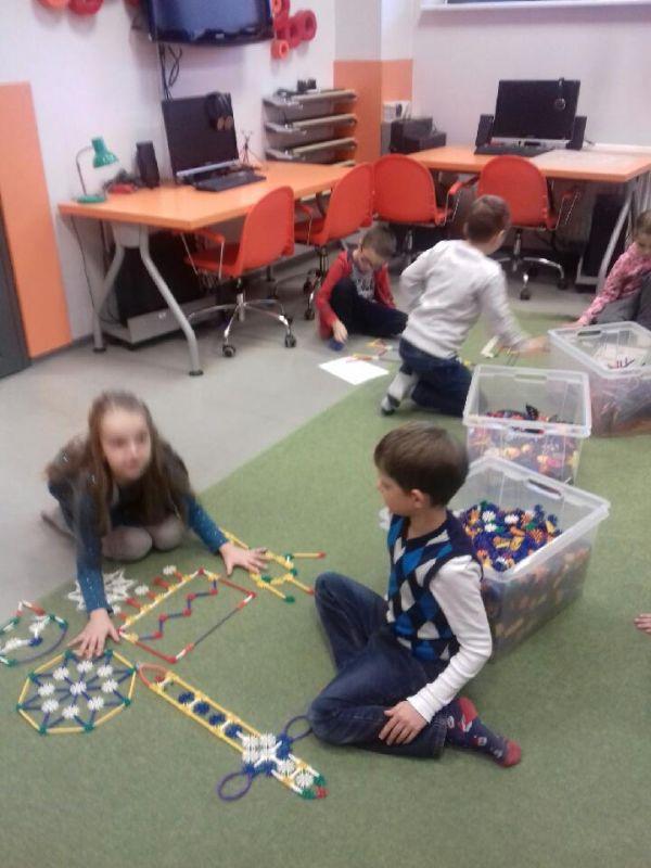 dzieci budują z podanego schematu figurę