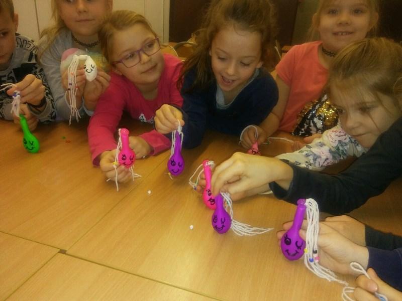 dzieci prezentują wykonane przez siebie gniotki