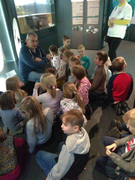 Dzieci słuchają wiadomości o pochodzeniu znaleziska
