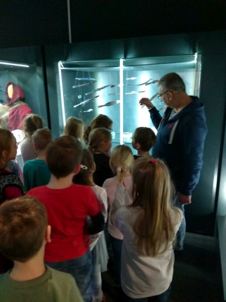 Archeolog pokazuje ekspozycję dzieciom