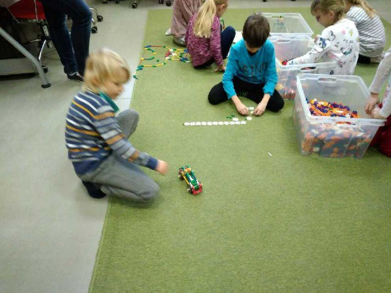Chłopcy budują z klocków