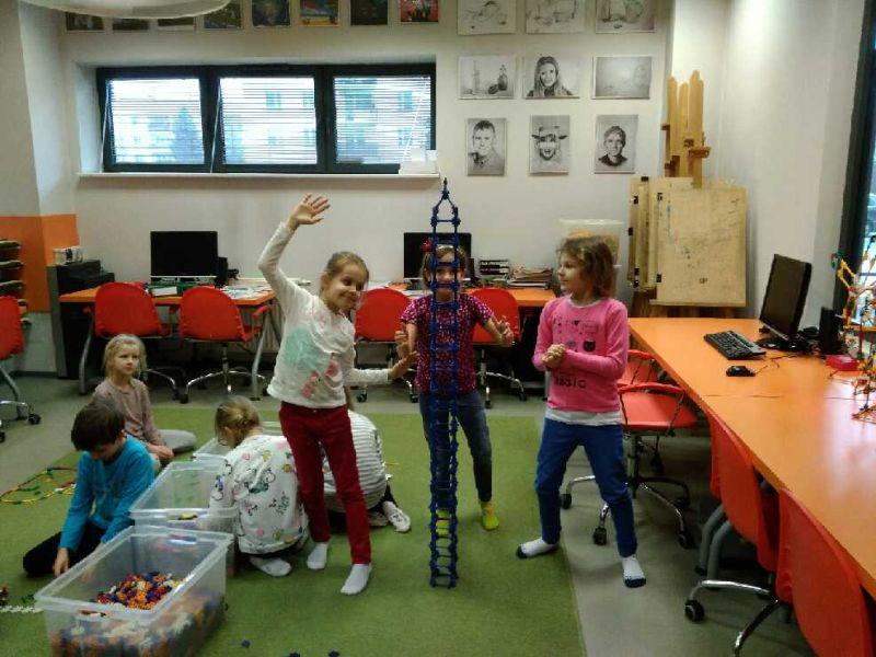 Dziewczynki prezentują budowle