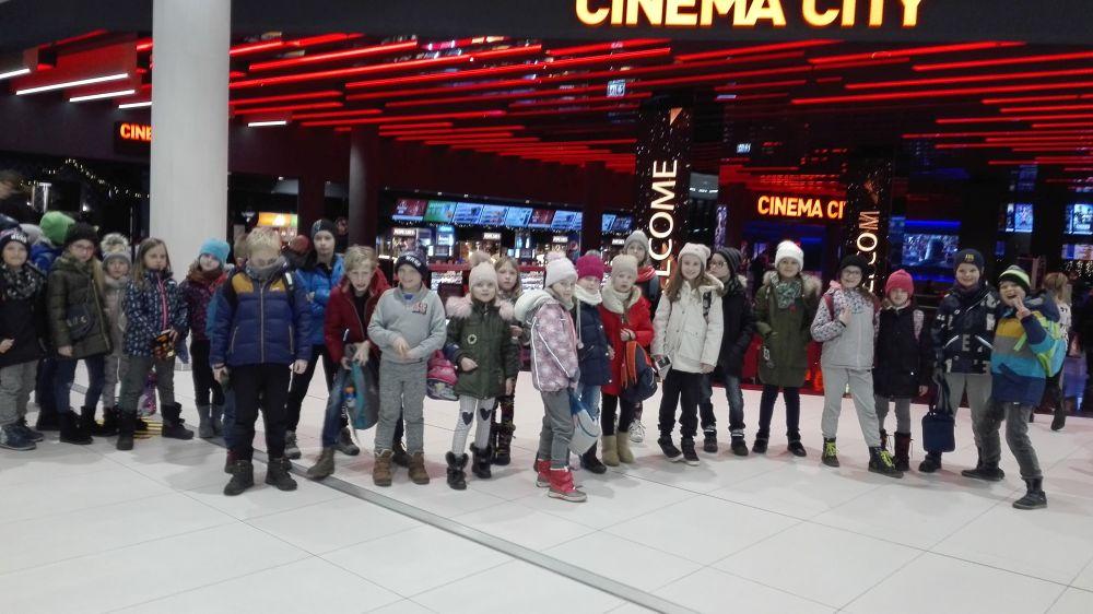 Dzieci po zakończonej projekcji filmu Grinch