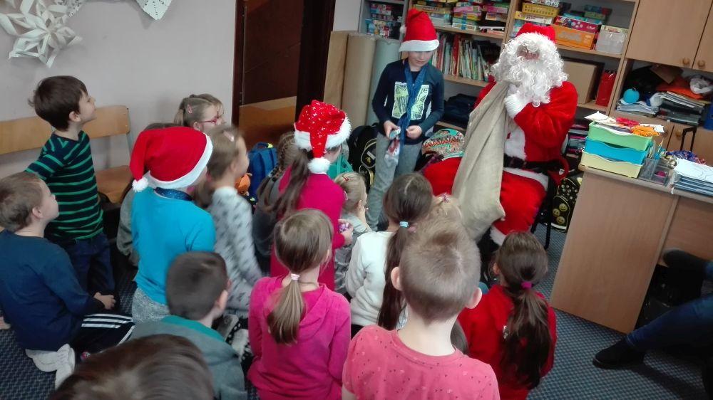 Mikołaj rozdaje dzieciom prezenty