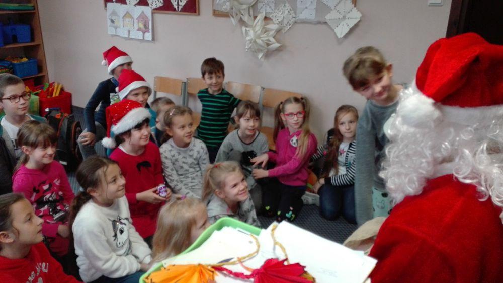 Dzieci witają świętego Mikołaja