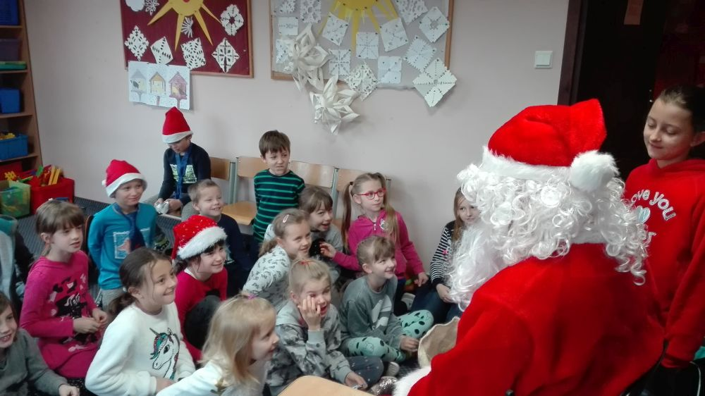 Dzieci śpiewają piosenki dla Mikołaja