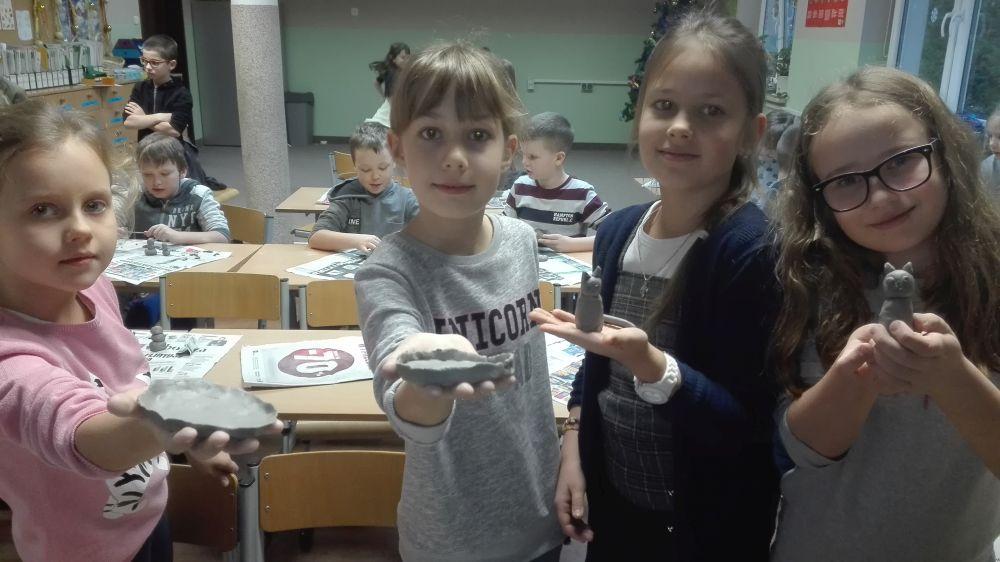 Dzieci lepią różne postaci z gliny
