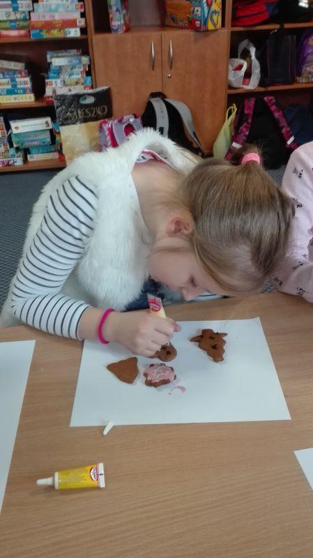 Dzieci dekorują pierniczki