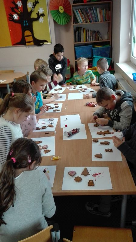 Dzieci wybierają kształty pierniczków , które będą dekorowały
