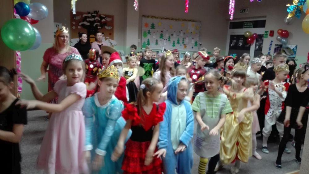 Dzieci uczą się tańczyć