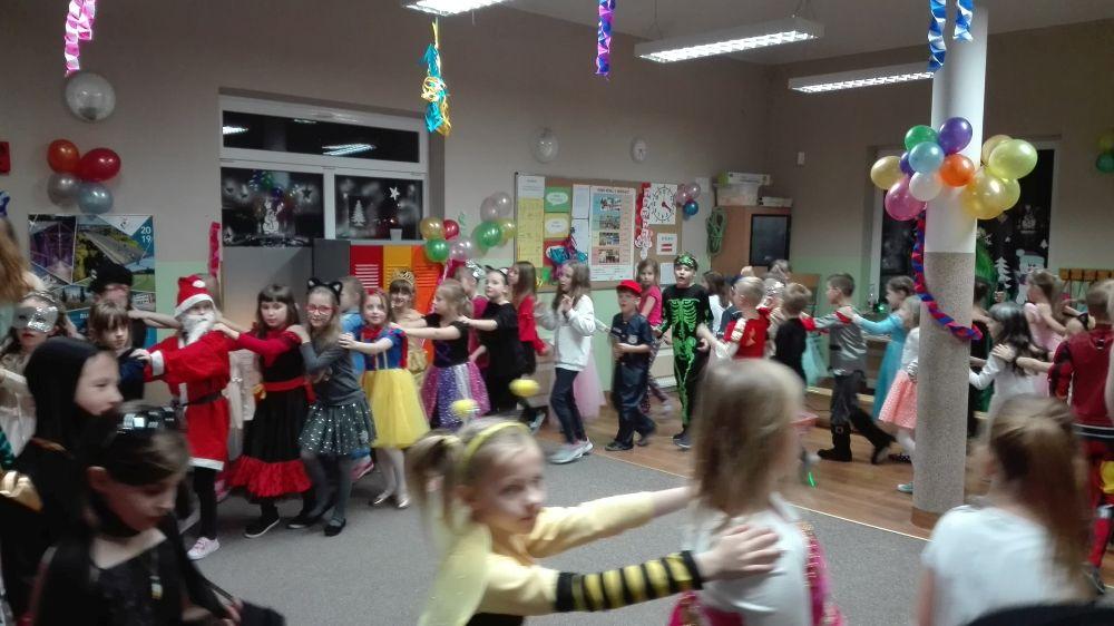 Dzieci tańczą w pociągu