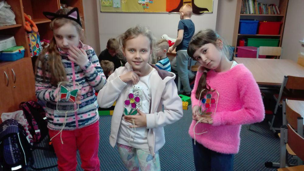 Dzieci przedstawiają swoje prace