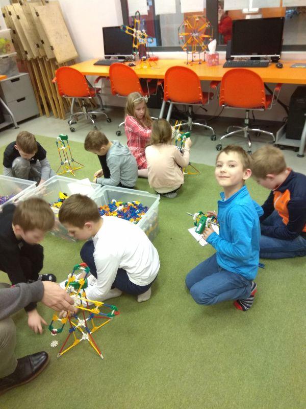 Dzieci budują budowle z klocków