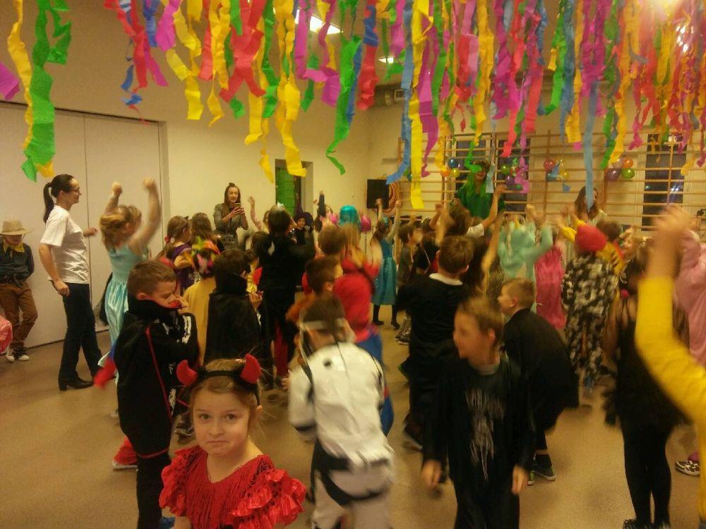 Poprzebierane w kostiumy dzieci bawią się na balu