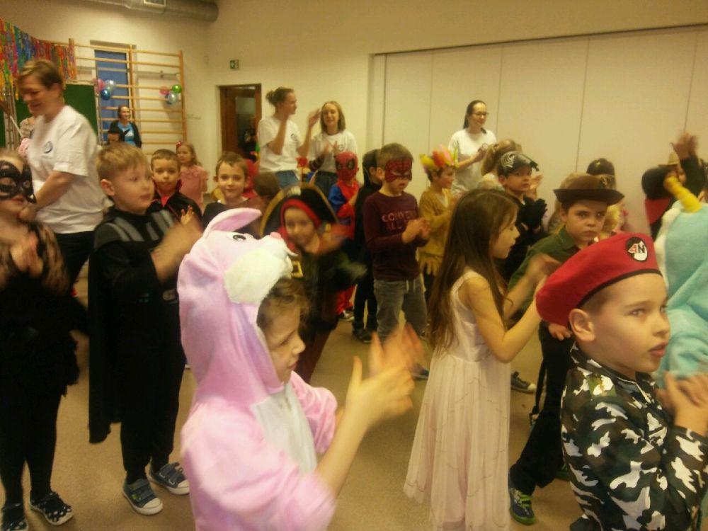 Dzieci biorą udział w zabawie karnawałowej