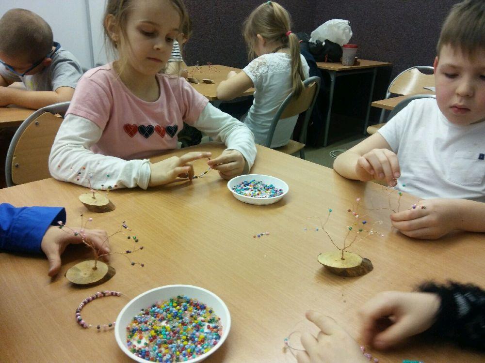 dzieci wykonują swoje prace