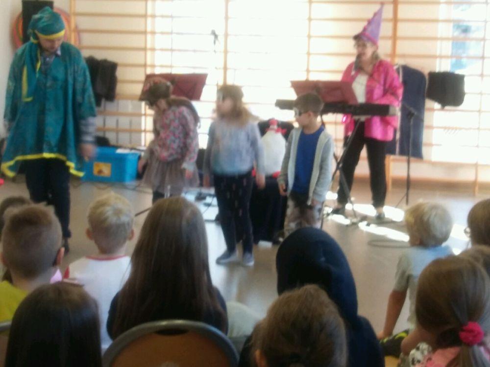 dzieci biorą udział w przedstawieniu