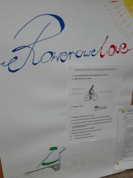 plakat wykonany przez uczniów przedstawiający rower oraz informujący o zasadach bezpiecznej jazdy rowerem