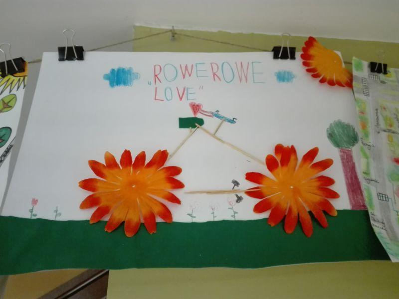 praca wykonana przez ucznia – rower z drewnianych patyczków i papierowych kwiatów