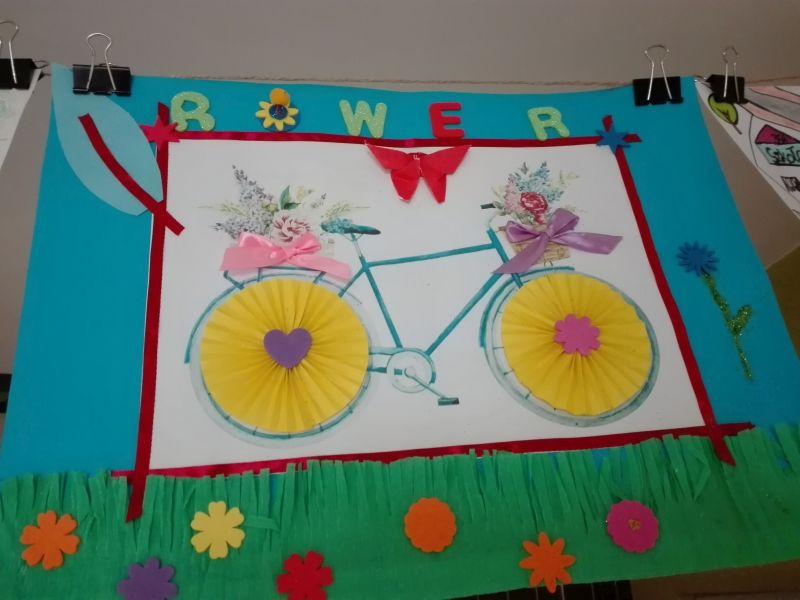 praca wykonana przez ucznia – rower, którego elementy wykonano z papieru i wstążek