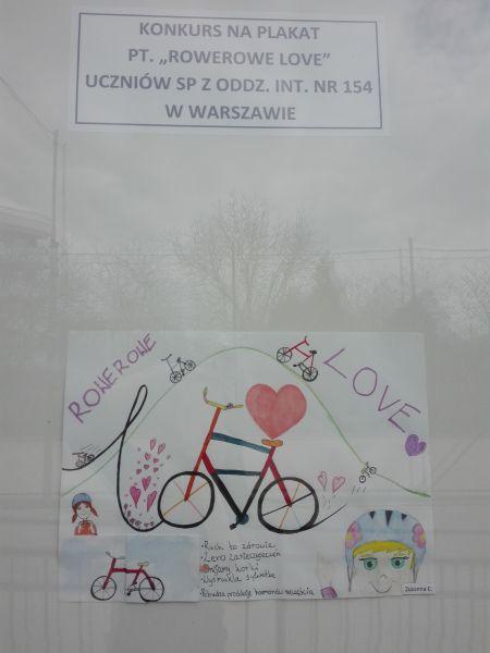 """plakat wykonany przez ucznia: napis :Rowerowe love"""", narysowany rower i serce"""