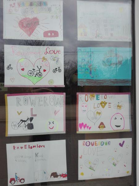 prace plastyczne uczniów naklejone na oknach budynku szkoły przy ulicy Sprawnej 28