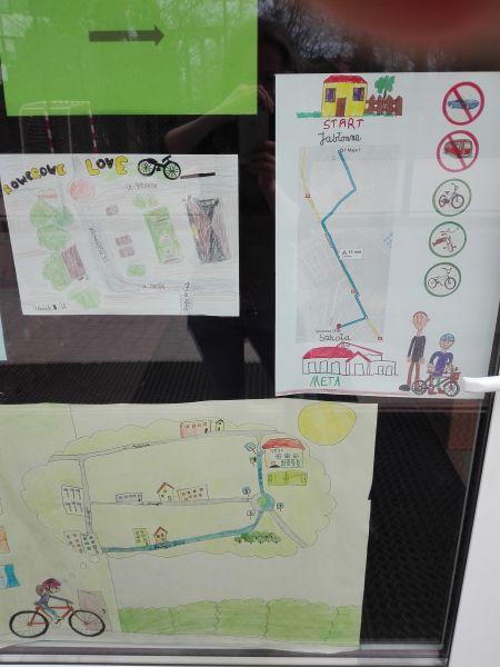 prace plastyczne uczniów naklejone na drzwiach wejściowych do szkoły przy ulicy Sprawnej 28