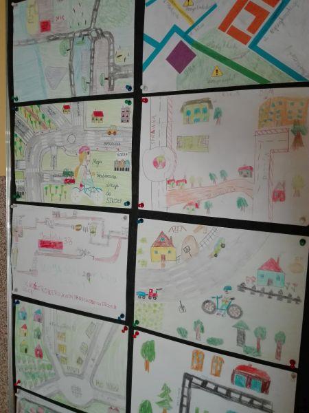 prace plastyczne uczniów na gazetce ściennej w budynku przy ulicy Sprawnej 28