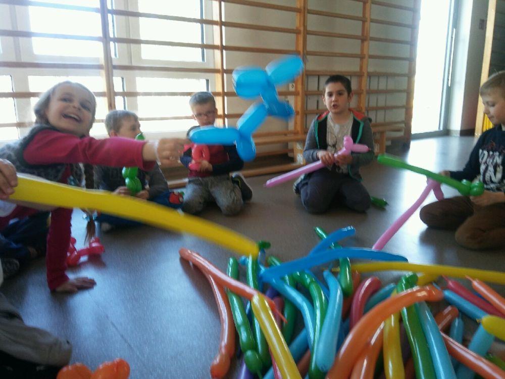 Dzieci pokazują swoje prace