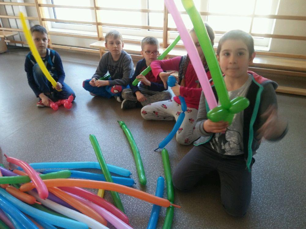 Dzieci skręcają balony