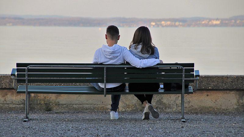 dziewczyna i chłopak na ławce